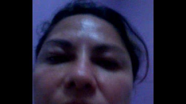 Brasileira caiu na net exibindo peitos grandes com celular