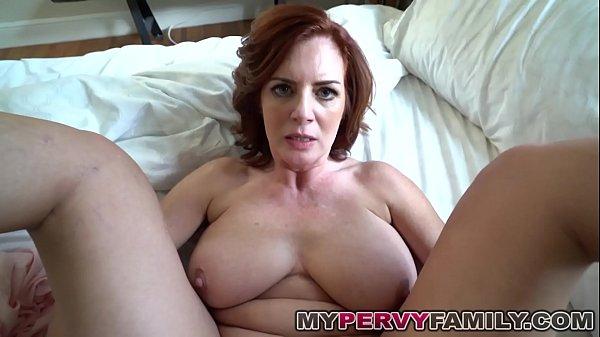 Coroa caseira exibindo peitos grandes na web cam