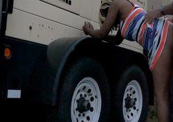 Sexo real em público comendo a negra atrás do caminhão