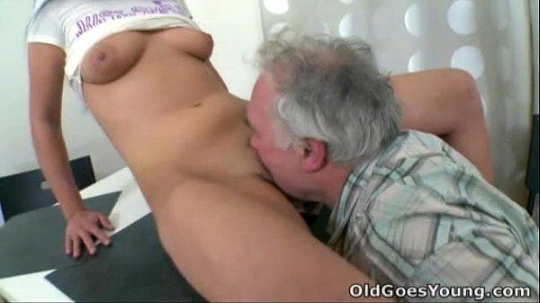 Avo tarado comendo a namoradinha de filho