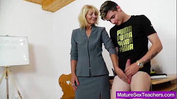 Filho comendo mãe loira