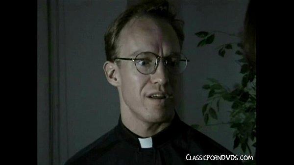 Padre safado seduzindo fiel da sua igreja
