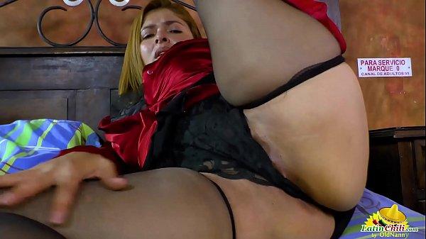 Puta madura usando dos consolos para se masturbar