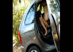 Novinha safada fudendo dentro do carro