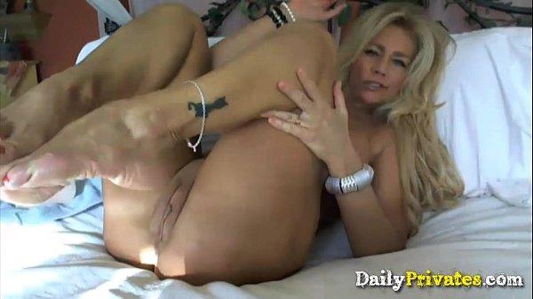 Brasileira peituda muito gostosa na cama se acabando na masturbação