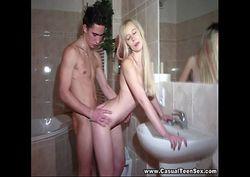 loirinha tesuda dando a buceta gostoso no banheiro
