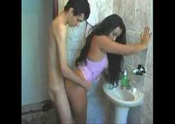 morena novinha rabuda dando a buceta no banheiro