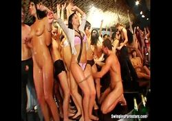 morenas gostosas fudendo gostoso em orgia no club