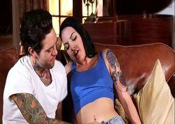 novinha tesuda tatuada dando a buceta pro amigo roqueiro