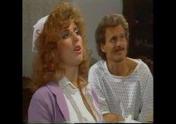 Shanna McCullough de enfermeira fudendo com vários