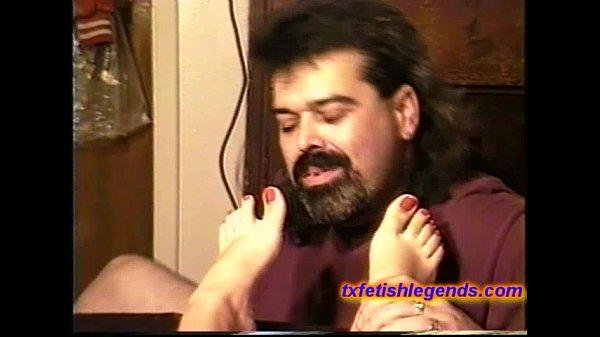 Filha masturbando pai com os pés