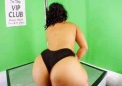Negra de bunda grande resolveu fazer um stripper