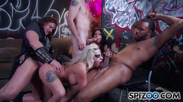Mulher morena de peitos pequenos realizando video porno de orgia