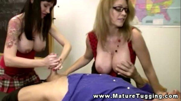 Duas coroas experientes em massagem erótica no grupal