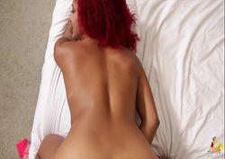 Mulata do bundão e cabelo vermelho no sexo por trás
