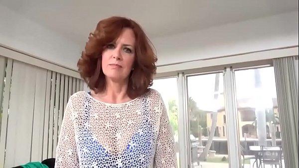 Titia coroa de 69 anos seduzindo o safado jovem e fodendo