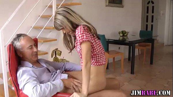 Velho lambe a vagina lisinha da novinha e faz amor