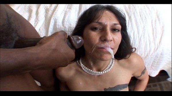 Coroa gostosa resolveu chupar pau de negão arrombando a sua boca em boquete