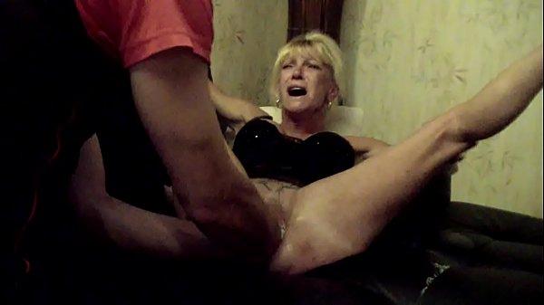 Video porno bizarro enfiando a mão dentro da buceta de coroa