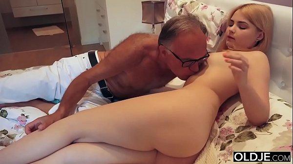 Novinha estuprada na frente da mãe