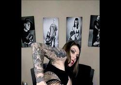 Safada tatuada de peitos grandes batendo siririca gostosa na web cam