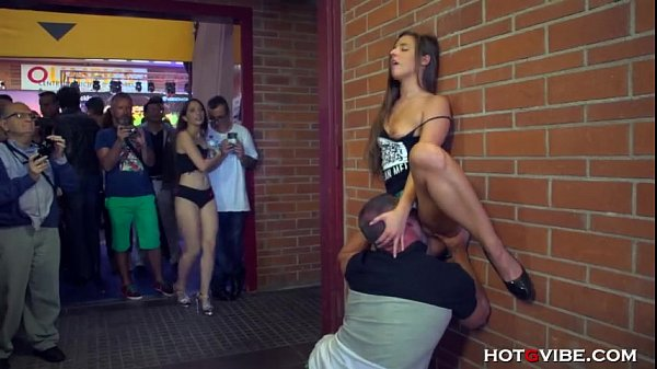 Amirah Adara fudendo o meio da feira erótica
