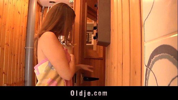 Comendo a propria filha enquanto fazia uma sauna