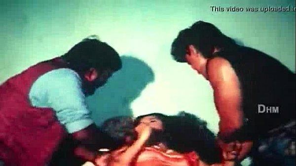 Homens estrupando mulher indiana que não estava afim de transar