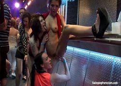 Orgia no club com gostosas bêbadas e taradas