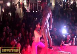 Sexo ao vivo em feira erótica com gostosa turbinada