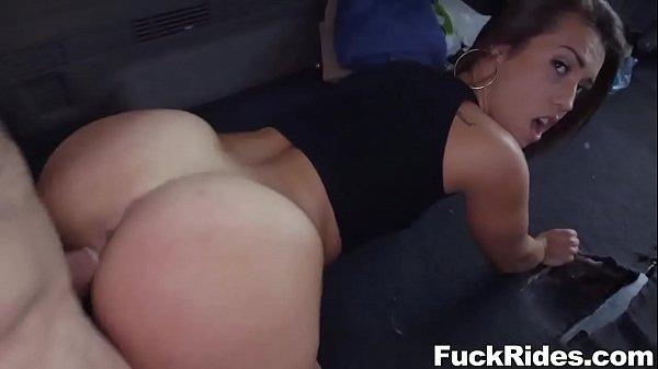 Kelsi Monroe Levando rola com pressão na buceta de quatro