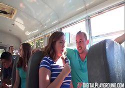 Fudendo a amiga gostosa no ônibus lotado