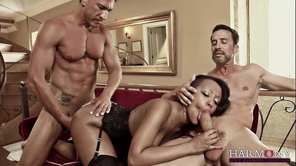 Mulata top de lingerie fudendo com dois caras