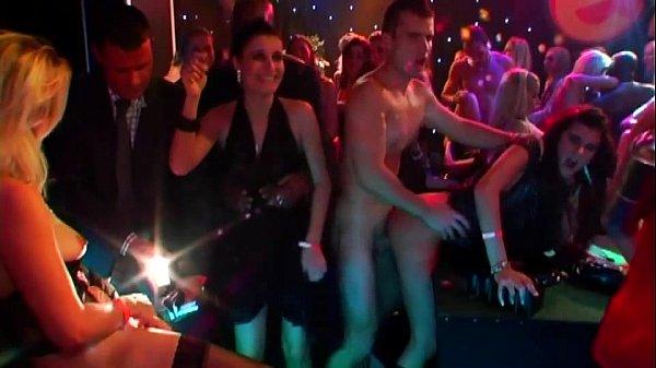 Suruba total em club de swing com gostosas bêbadas
