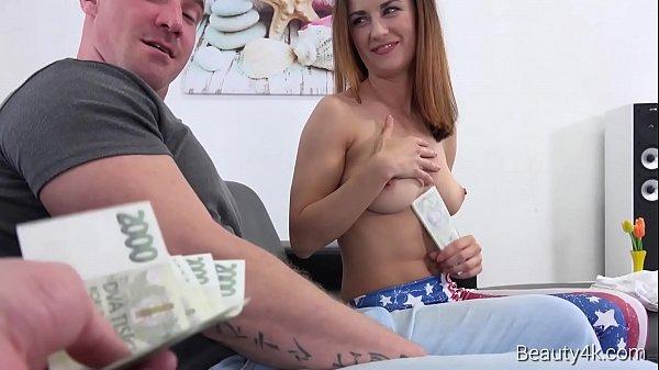 Corno aceita que esposa transe com dois por dinheiro