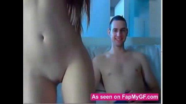 Novinha amadora gostosa dando sua bucetinha para seu namorado na frete do webcam