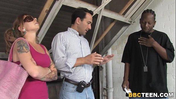 Corno brocha assistindo sua esposa safadas com negão