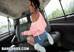 Megan Rain safada e tesuda fudendo dentro do carro