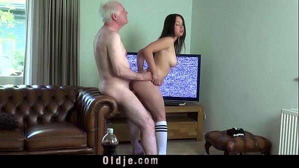 Pai fodendo a buceta gostosa da filha no sofá da sala
