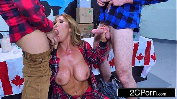 Porno samba loira safada mamando dois gostoso