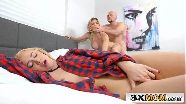 Tube8  comendo a loira e sua mulher dormindo