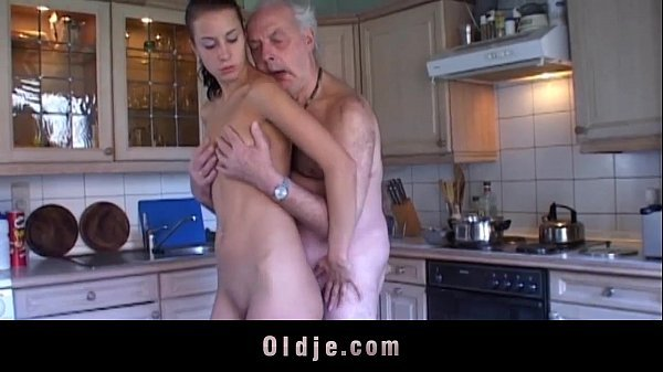 Filha provoca e da a xota para seu pai na cozinha