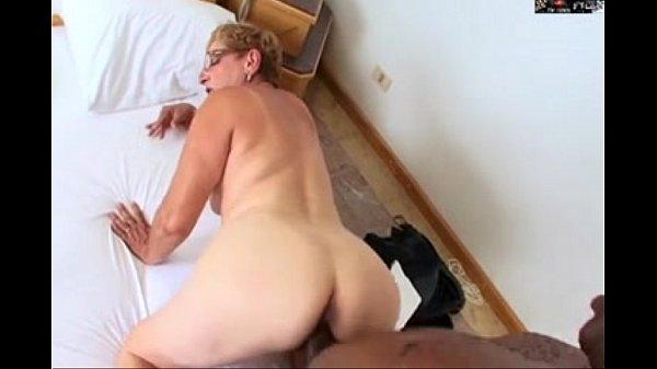 Neto flagra a sua vô na cama dando a buceta e o cu para um negro dotado
