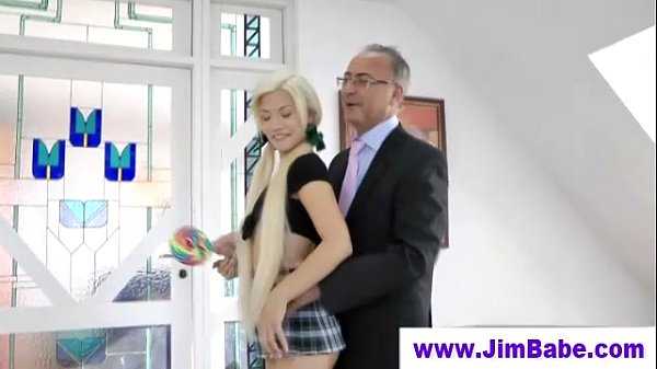 Novinha rebolando na pica do pai coroa fazendo gozar