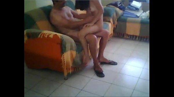 Pai fode sua filha webstrip ao vivo na webcam no sofá da sala