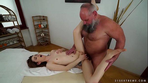 Pai foi fazer uma masaagem e acabou comendo a buceta da filha madura