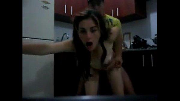 Primo malandro fodendo com a prima na cozinha de casa depois da escola