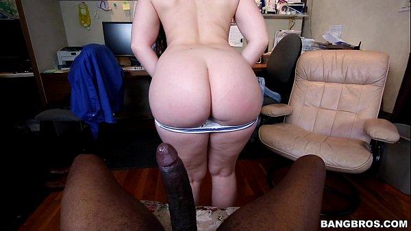 Sexo hot bunda branca tomando rola preta