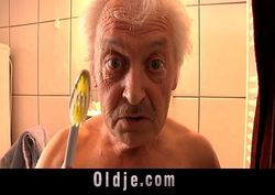 Vovô tarado comendo a netinha deliciosa no banheiro de casa