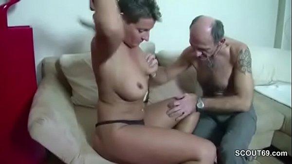 Avô comendo sua neta machorra dos peitos grandes dando um banho de porra